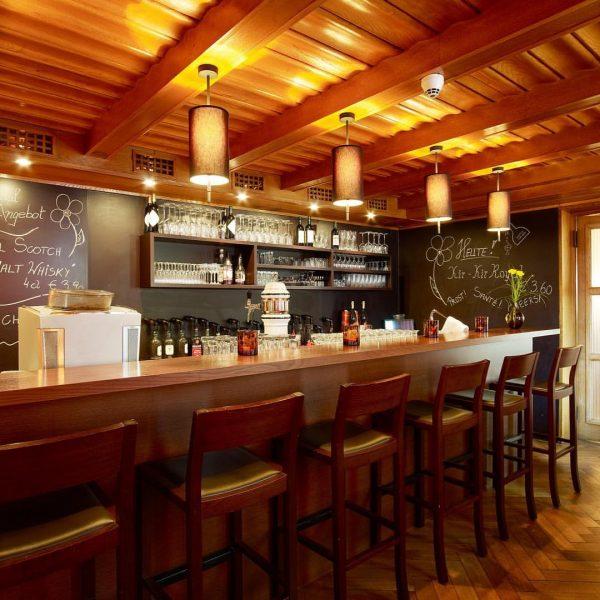Cheers - auf einen gemütlichen Drink in unserer Bar. #hotels #hotel #hotelbar #hotelweisseskreuz ...