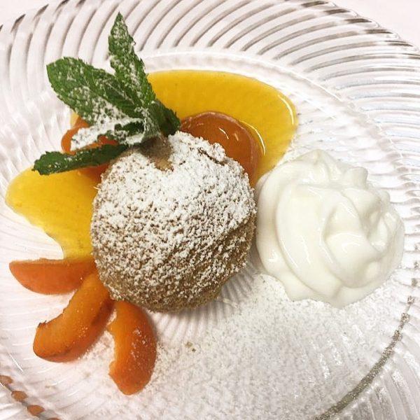 Dessert | 🍑 . Marillenknödel mit Limettenespuma ☺️ #süßeversuchung #wienermehlspeisen #marillenknödel #limette #dessert ...