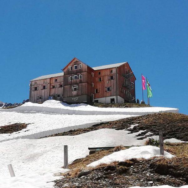Neue Heilbronner Hütte 😊 #hike #bikelife #bluesky #vorarlbergwandern #snow #sunnyday #meinmontafon #bergwelten #mountains ...