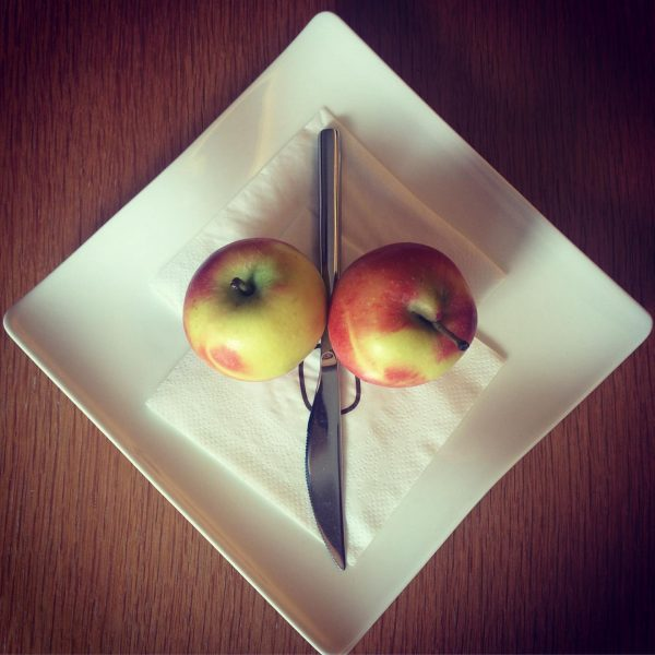 Two #apples a day keeps the hunger away. #sonnemellau #elvis_thekingofrockandroll