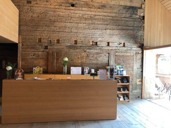 Über 450 Jahre alt ist diese Holzwand in unserem Foyer! Ein Miteinander von ...