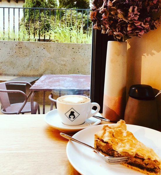 Draußen Regen, drinnen Apfel-Mandel-Kuchen und Dinkel-Cappuccino 💜 im #bärenmellau Hotel Bären