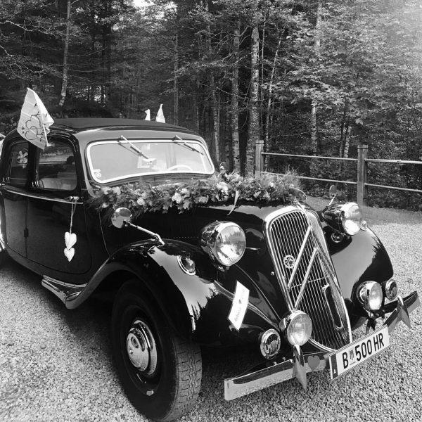Oh hello beautiful! ⚡️ #oldbutgold #cargoals #villamaund #weddingcar #weddingdream #weddinglocation #bregenzerwald #schoppernau Villa ...