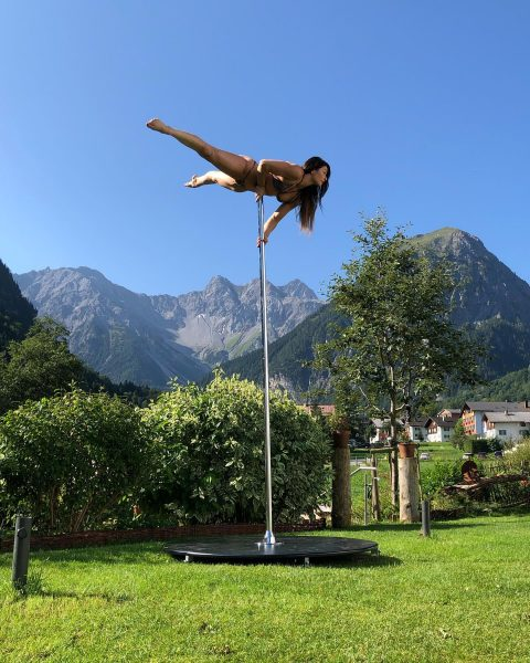 Our beautiful @lisettekrol is flying hiiiigh 💙⛰ . #mountainpolecamp #polecamp #pole #outdoorpole #mountainview ...