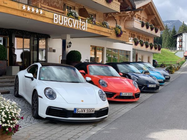 오전 #포르쉐투어 를 출발하기전 호텔 앞 사진 한장. 📸 추석 연휴 오스트리아 알프스 ...