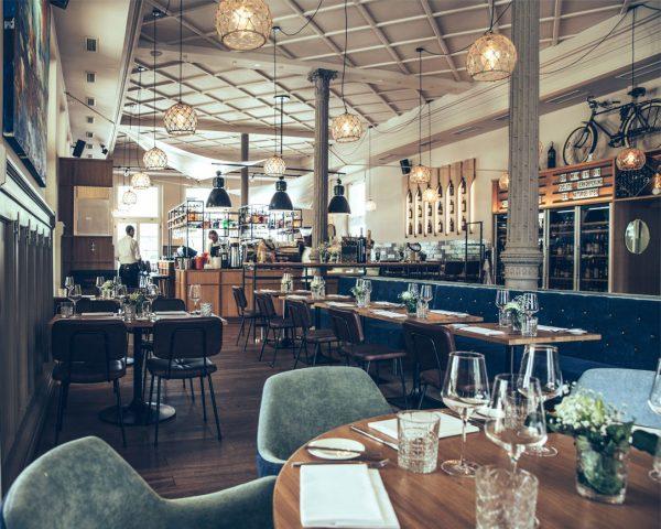 Regionale Gerichte mit modernem Touch, Mittagsmenüs, Kaffee, Kuchen, Cocktails. Und wunderbares Interior Design. ...