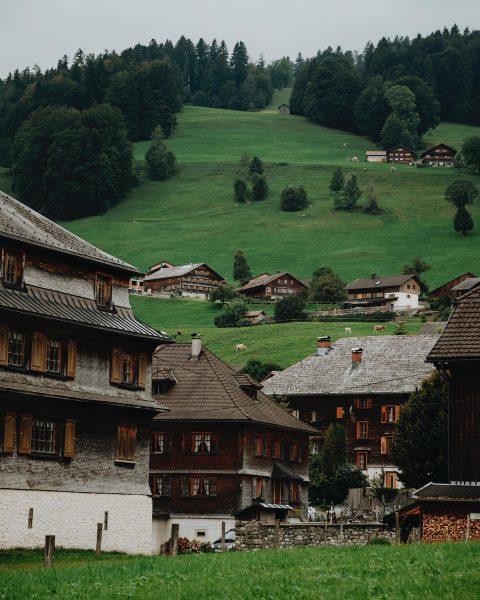 Die Landschaft, die Architektur ❤️ Foto: @janasabo // friendship.is #whatthefaq #faqbregenzerwald #faq #bregenzerwald ...