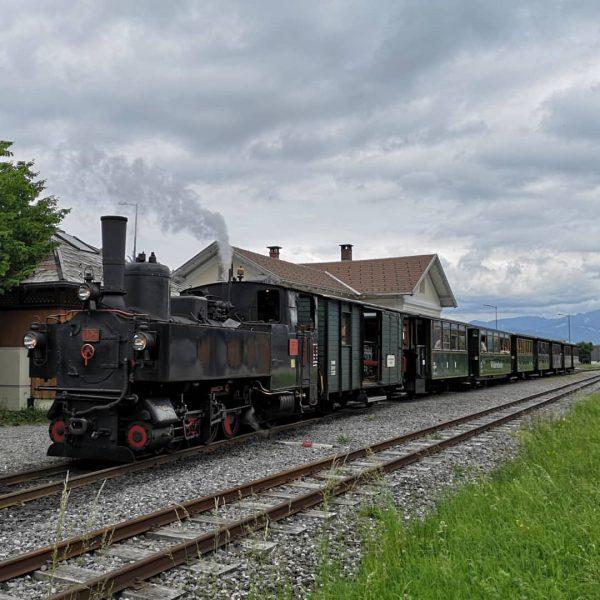 Die U25 der Bregenzerwaldbahn abfahrbereit im Bahnhof Schwarzenberg #u25 #bru #bregenzerwaldbahn #wälderbähnle #schwarzenberg ...