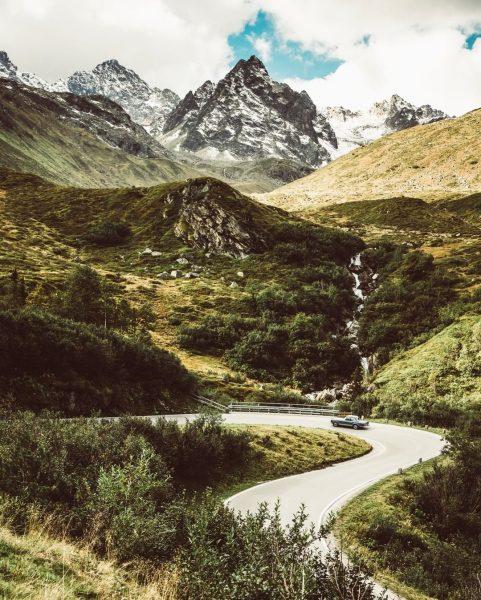 Majestätisch ragen sich die Berge entlang der Silvretta-Hochalpenstraße in den Himmel. 🏔