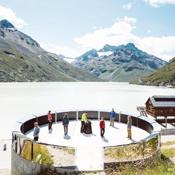 Die Plattform vom Kunstobjekt Erdenlicht wird von skulpturalen Segmenten umrundet, die als Spiegel ...