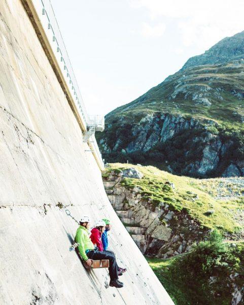Relaxen auf dem wohl höchsten Sitzbänkle im Montafon. 😎 __________ #aussichtgenießen #kletterparksilvrettasee #klettersteigsilvrettasee ...