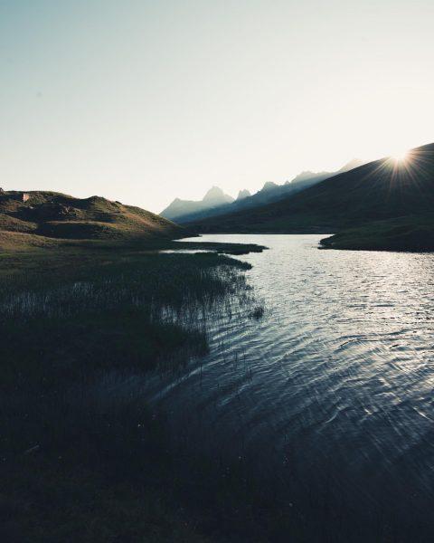 www.globalpixxel.com Das erste Licht vom Tagesanfang, der See noch noch ganz schwarz. Es ...