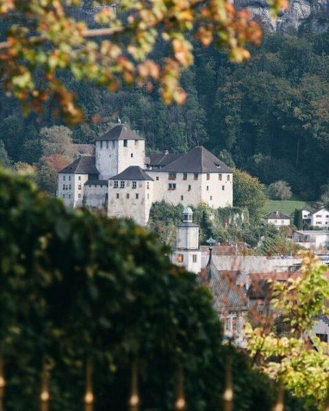 Majestätisch thront die wahrscheinlich bekannteste mittelalterliche Burg Vorarlbergs in der Anhöhe von Feldkirch, ...