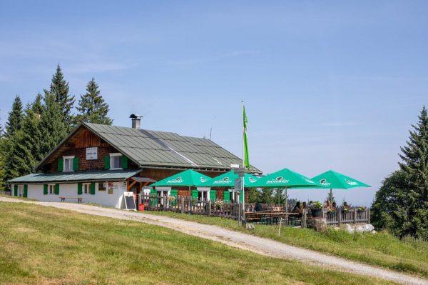 Unsere Lustenauer Hütte 😀 Die Hütte liegt unter 2.000m und ist sehr einfach ...