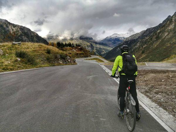 Mit dem Rad die Silvretta-Hochalpenstraße hinunter - herrliche Serpentinen - ein Fahrspass -> ...