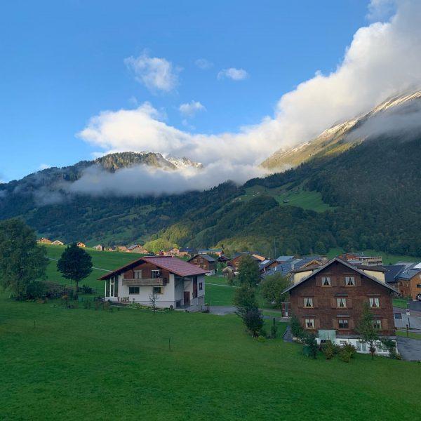 Guten Morgen in den Bergen 🏔🌞 #derbergruft #alpenhotelpost #zimmerausblick #zimmeraussicht #holiday #timewithfamily #qualitytime ...