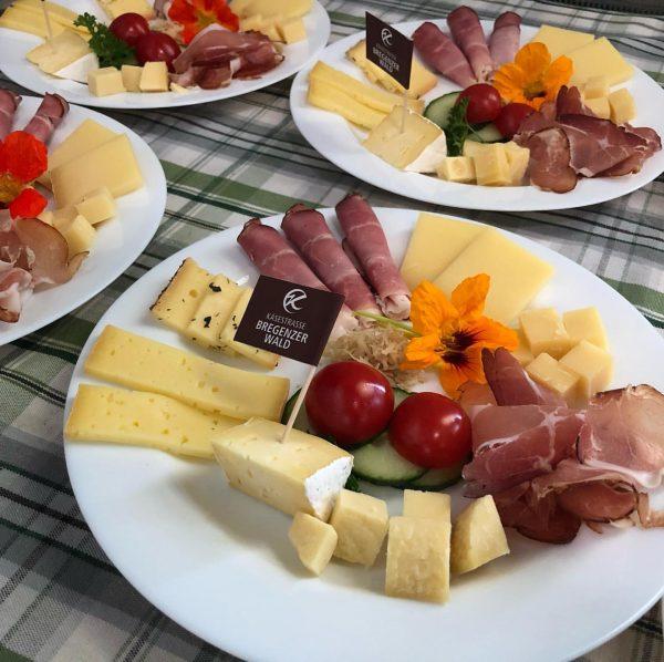 Unsere Mitarbeiterinnen zaubern solche tolle Verköstigungen und freuen sich über Besuch im Käsekeller ...