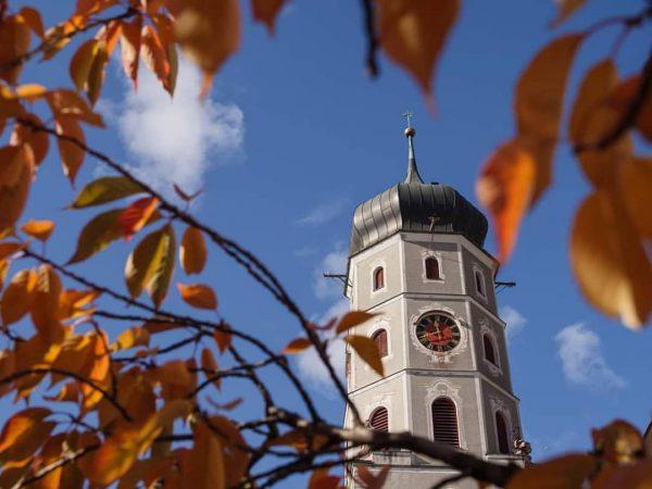 Erkunde unsere Alpenstadt bei einem gemütlichen Herbstspaziergang 🍁🍁🍁 @bludenzstadt #bludenz #herbst #bludenzerleben #laurentius ...