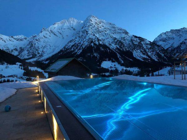 Gestrige Abendstimmung im @hallers_kleinwalsertal 😍😍😍 #pool #view #panorama #evening #mountains #snow #incredible #amazing ...