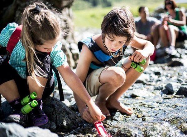 Ausgestattet mit vollem Rucksack, Fernglas, Maßband und Kompass kanns losgehen! Echte Naturkinder können ...