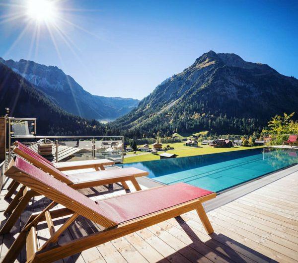 """Hotel """"Der Kleinwalsertaler Rosenhof"""" Ein imposanter Blick auf die umliegende Bergwelt, frische Gebirgsluft ..."""