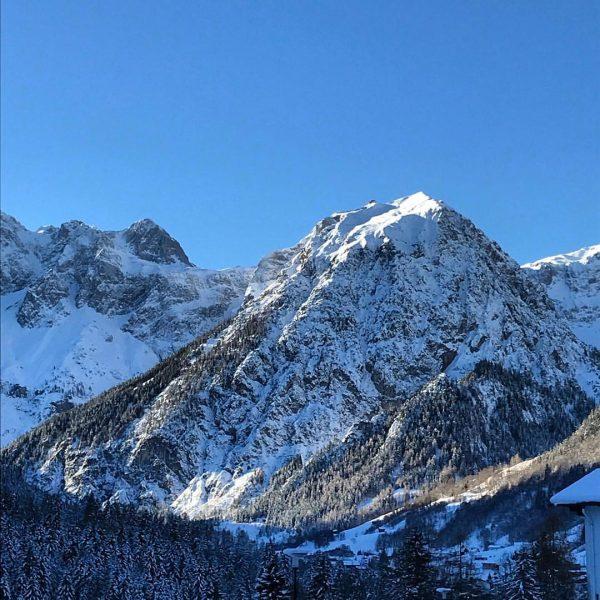 #Ausblick 🏔️ #casalpin #brand #brandnertal #chalet #urlaub #ferien #schnee #snow #reisen #gooutandtravel #berge ...