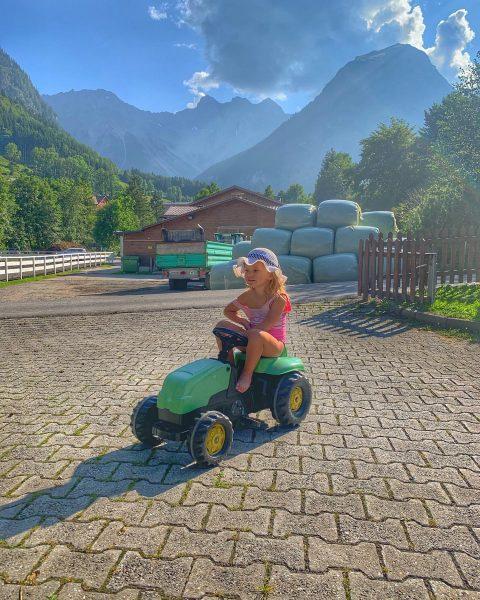 На тракторе 😂🚜 #трактор #traktor #горы #berge #австрия #österreich Sporthotel Beck