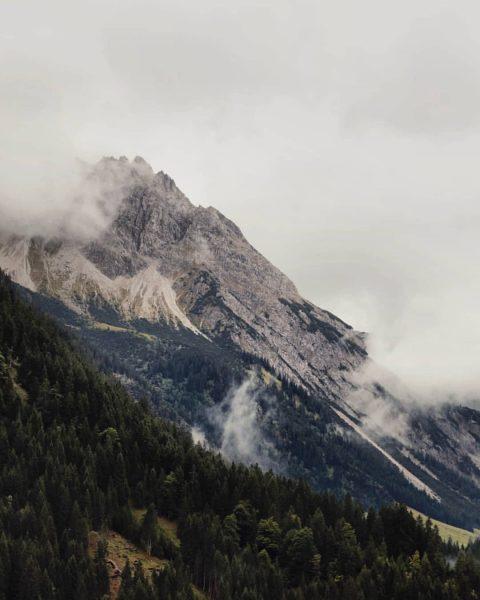 #kleinwalsertal #regenwetter #mystisch #allgäu #allgäueralpen #canon #canonaustria @landscapephotomag @wildplanetphotomag @outdoorphotomag Der Kleinwalsertaler Rosenhof
