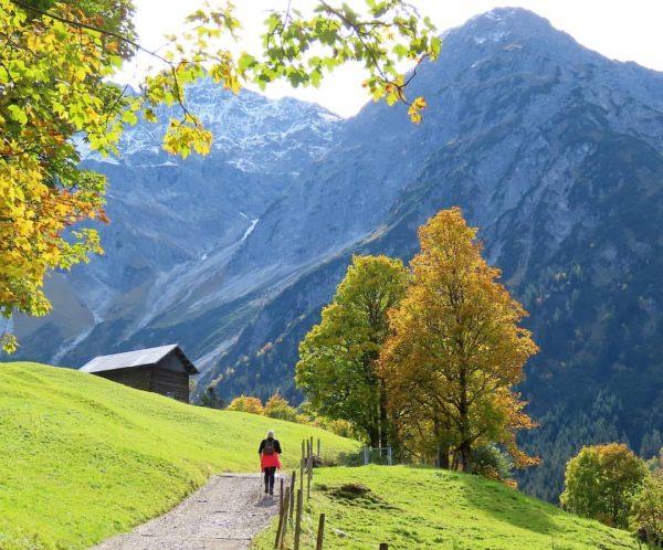 Wandeling door de gouden herfst ... #Wildental #Kleinwalsertal #Oostenrijk #GoldenerHerbst #indiansummer #sunshine #walking ...