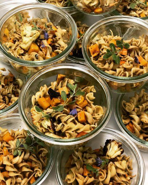 🍂 🍁 herbstlicher Pastasalat #herbst #nudelsalat #dinkelnudeln #gemüse #veggielover #Karotte #blumenkohl #süsskartoffel #kürbiskerne ...