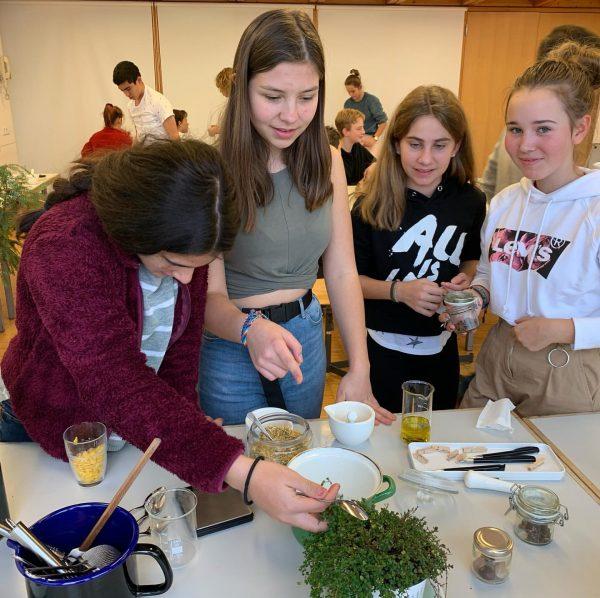 In unserer DIY Naturkosmetik-Werkstatt besucht uns heute die Freie Montessori Schule Altach. Es ...