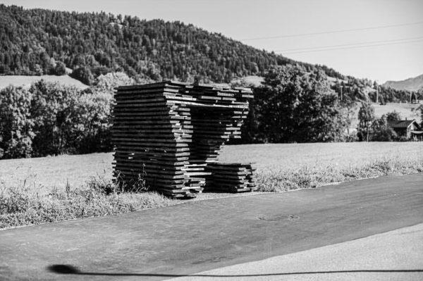 »Haltestelle Unterkrumbach Nord« | Die Faszination der elementaren Qualität von rohen, unbehandelten Eichenbrettern ...