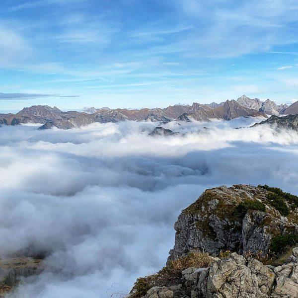 Glücksgefühl. Einfach unbeschreiblich schön. #berge #mountains #wandern #wanderlust #herbst #autumn #nochmalbevorderwinterkommt #kanzelwand #gipfel ...