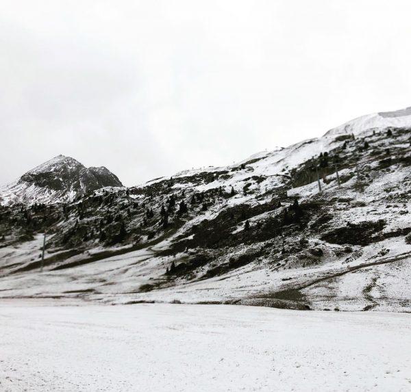 Schnee in Zürs #auroralech #lechzürs #schnee #winteriscoming #gowhite #winter #cantwait2ski #flexenpass #arlberg #hausbraunarl ...
