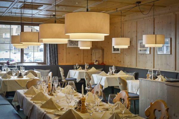 KÖSTLICHKEITEN für LEIB UND SEELE 🤤 😁 Unser Alpenrestaurant verwöhnt Sie mit feinen Geschmackskompositionen. Von pistentauglichen Stärkungen...