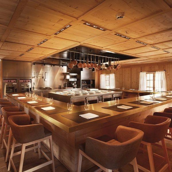 Nehmen Sie Platz... ✨ ——- Am #chefstable des @gasthof_hotel_rotewand ist man hautnah dabei, ...