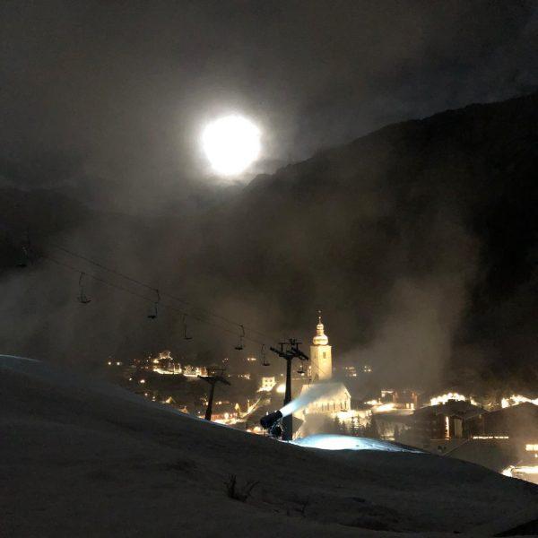 full moon is visiting Lech💫 . . . #lechzuers #lech #vorarlberg #winter #moon #mountains #sportalp #snow #cold...
