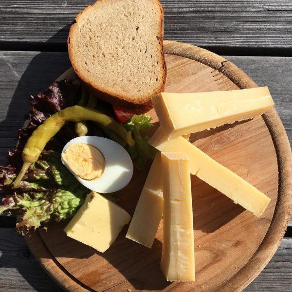 a Brotzeit #cheese #berkäse #allgäu #bregenzerwald #bread #brotzeit #foodporn #food #mountains #thelittlethings Seilbahn ...