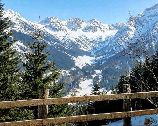 Auf dem Panoramaweg zwischen Heuberg und Bühlalpe mit Blick auf die Schafalpenköpfe im ...