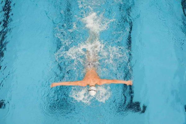 In unserem 25-Meter-Sportbecken hast du jede Menge Platz, um dich auszupowern oder einfach ...