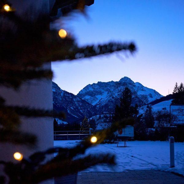 Die Sonnenuntergänge im Advent schimmern hier im Kleinwalsertal in den schönsten Farben. Wir ...