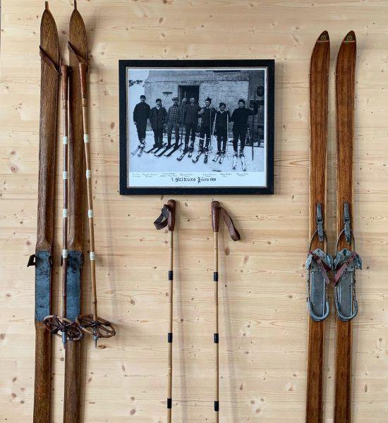 1. Skikurs Zürs 1906 😮 Unvorstellbar oder? #skigeschichte . . . . #skischulehochhaederich ...
