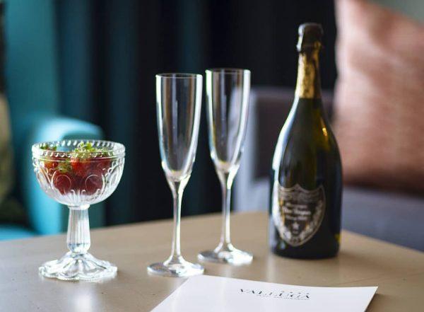 Der NIKOLAUS 🎅 war da und er hat uns Erdbeeren 🍓 und Champagner 🥂 gebracht 😜 ⛄❄️🦌...