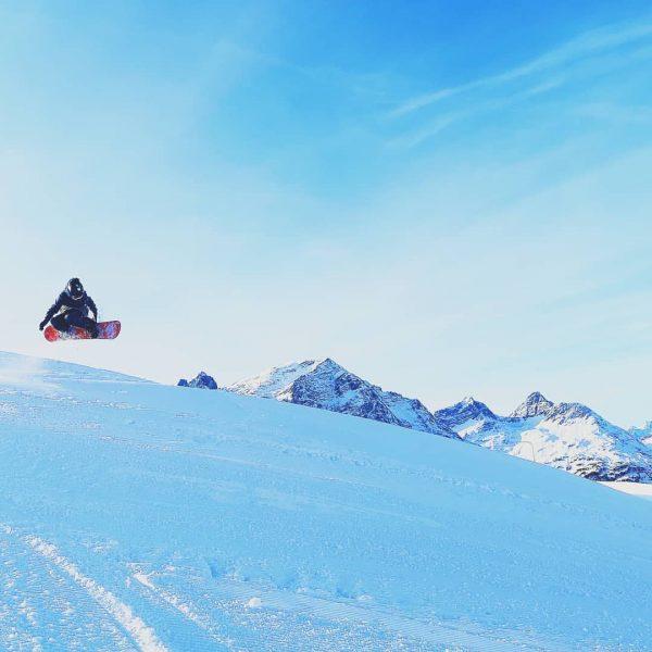 Paul, 11 Jahre alt auf dem Kriegerhorn #snowboard #jump #burghoteloberlech #burghotel #oberlech #sky ...