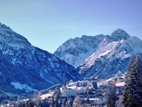 Der heutige Postkarten-Ausblick von unserer Terrasse auf die winterliche Märchenlandschaft im Kleinwalsertal bei ...