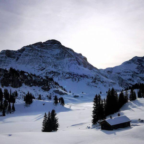 Körbersee ⛄🏔️ #warthschröcken #schröcken #körbersee #naturjuwel #naturkino #juppenspitze #holzhütte #sunday #snow #skiarlberg #firstskidayoftheseason ...
