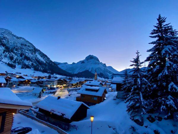 Blaue Stunde! Blue Hour! #lechamarlberg #bestofthealps #omeshornview #coldoutside #perfectday #wintertime #appartandrealech @lechzuers @appartandrealech ...