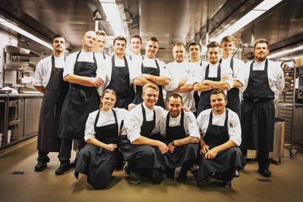 Das Team 2019/20 ! #almhofschneider #lech #chefslife #chefslifeisthebestlife #saison #beingachefisfashionable #gastronomieistwasgeiles #küchenteam #heuerhabenwirkeinenvergessen ...