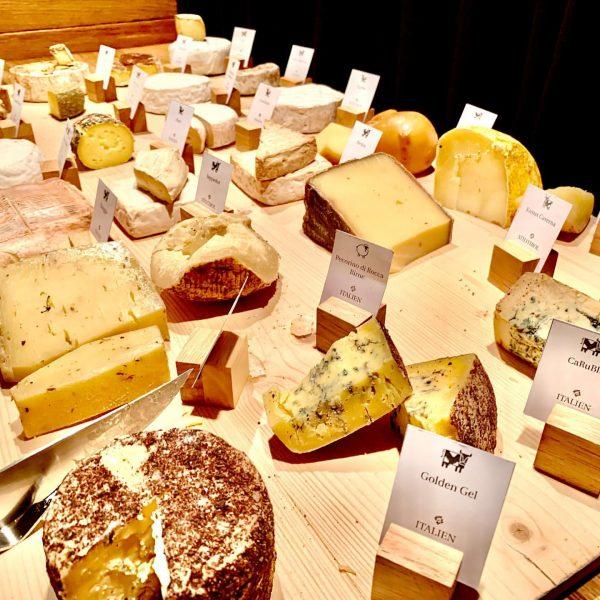 80 bis 100 verschiedene Käse stehen den Hotelgästen im Gourmet Hotel ROTE WAND ...