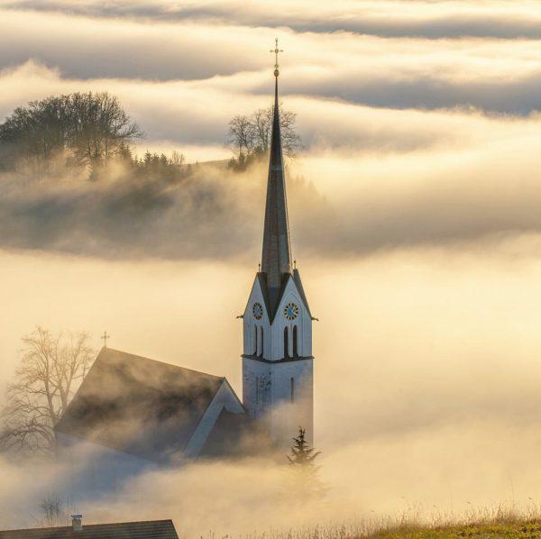 ein-,ab-,untergetaucht in die Wirren eines Wetterphänomen, dem Nebel. Kirche im #Rheintal bei #Fraxern. ...